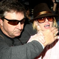 Britney during darker times with her Dad Jamie, valiantly fighting off scumbag paparazzi. Photo via eonline.com